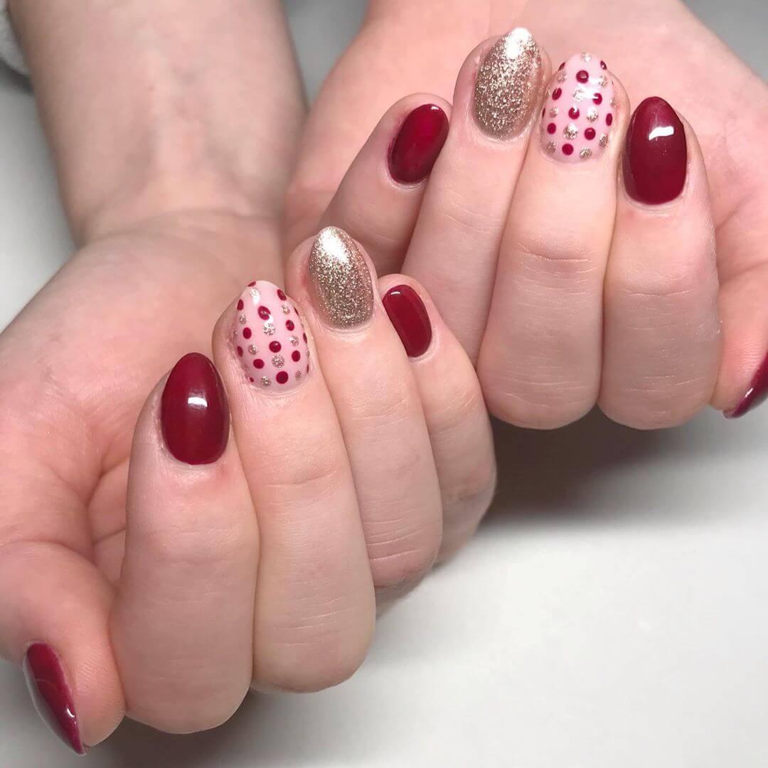 uñas rojas con puntos