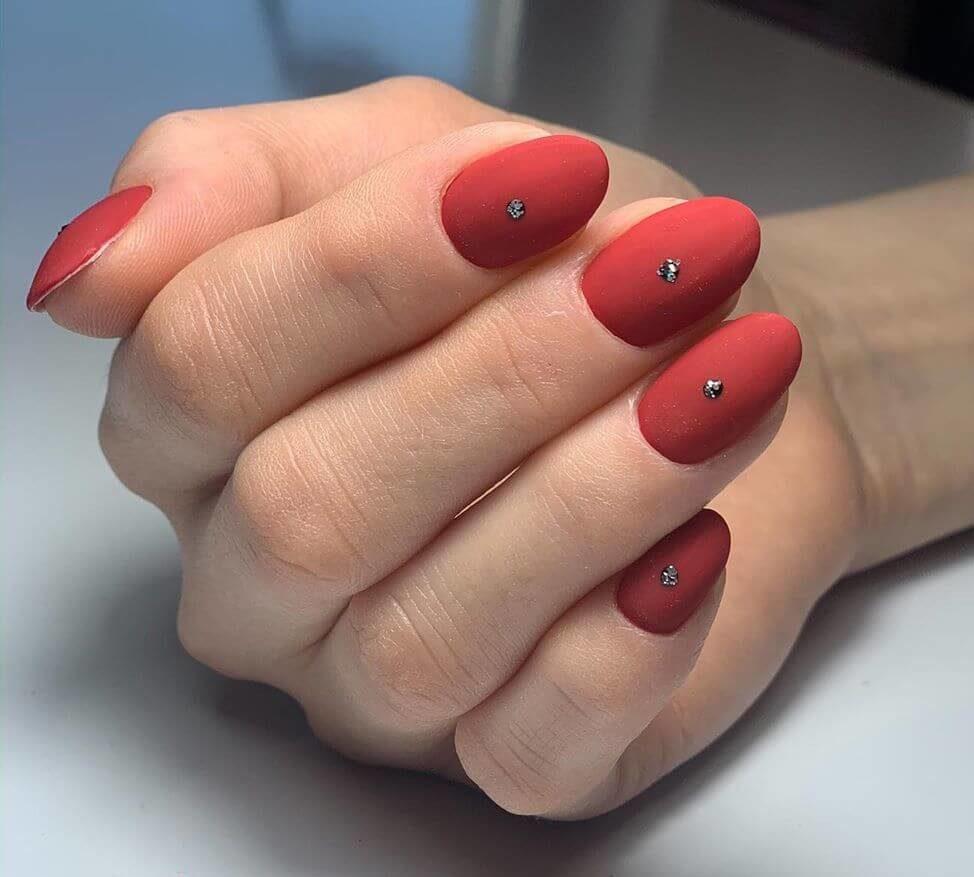 uñas rojo mate con puntos