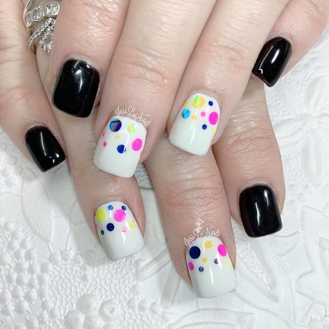 uñas sencillas con puntos de colores
