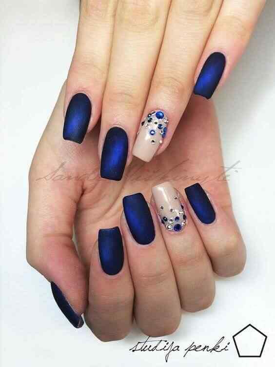 uñas azules con accesorios
