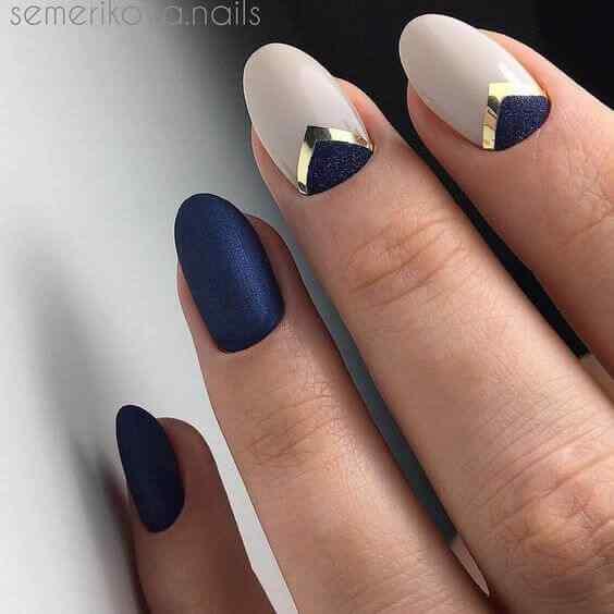 uñas azules con blanco y dorado
