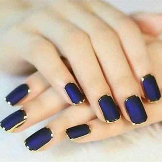 uñas azules con dorado al borde