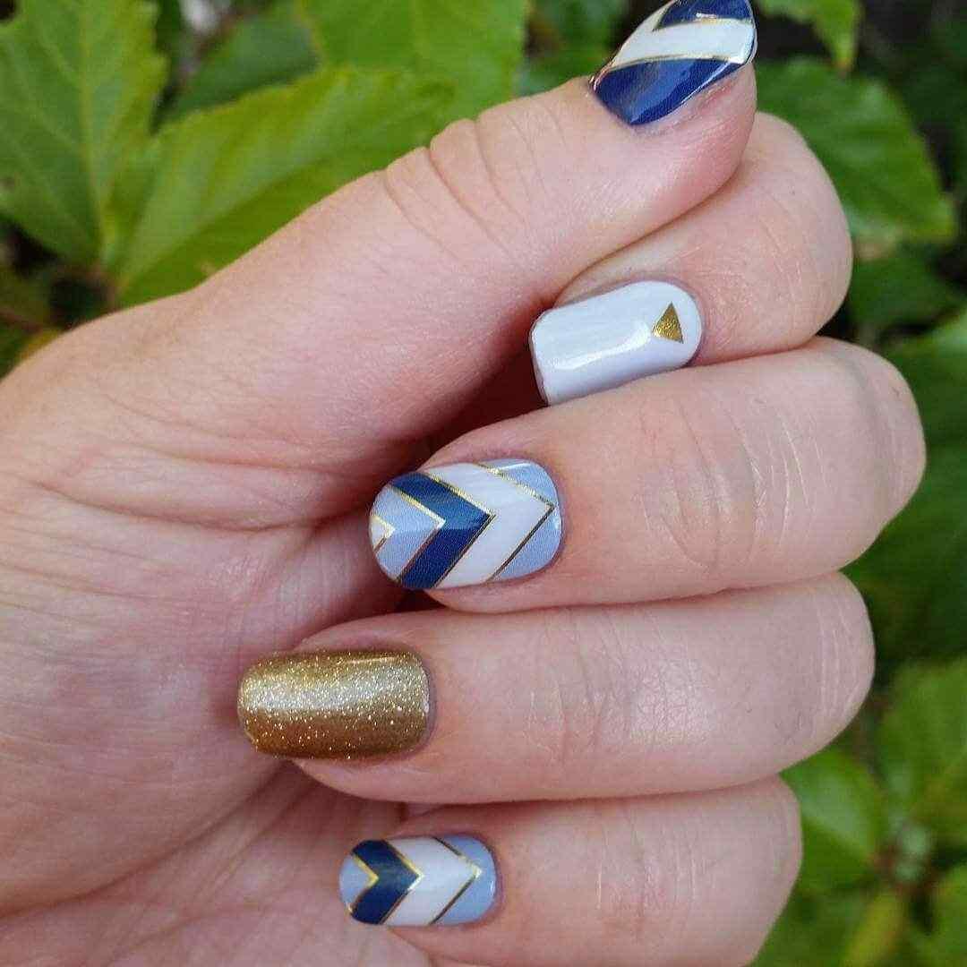 uñas azules con dorado elegantes