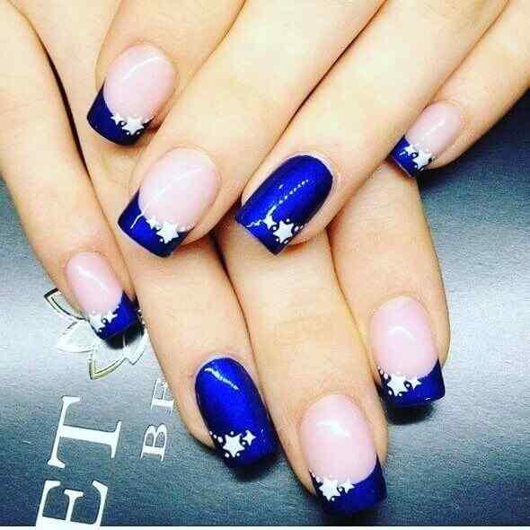 uñas azules con estrellas
