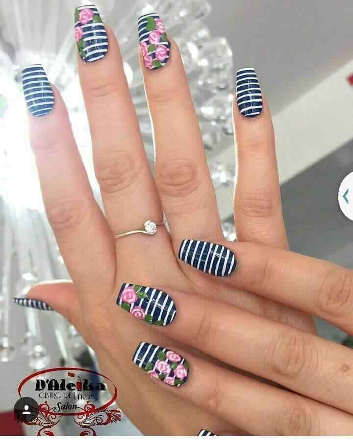 uñas azules con flores rosa