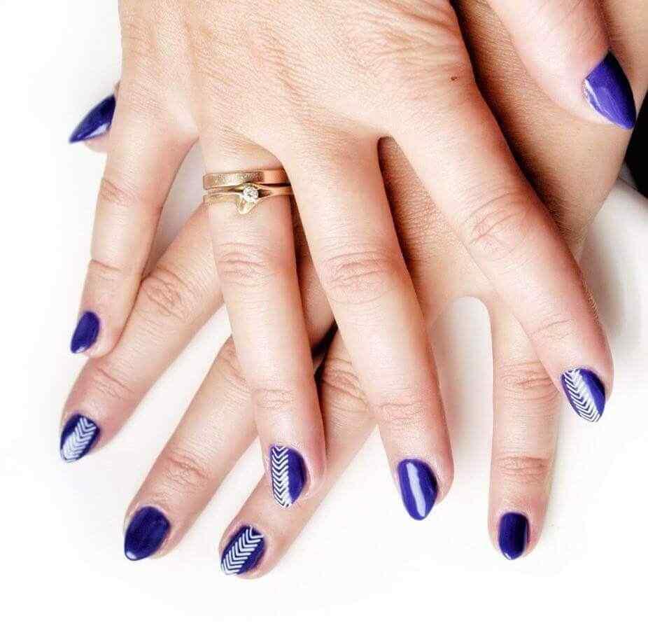 uñas azules con lineas blancas