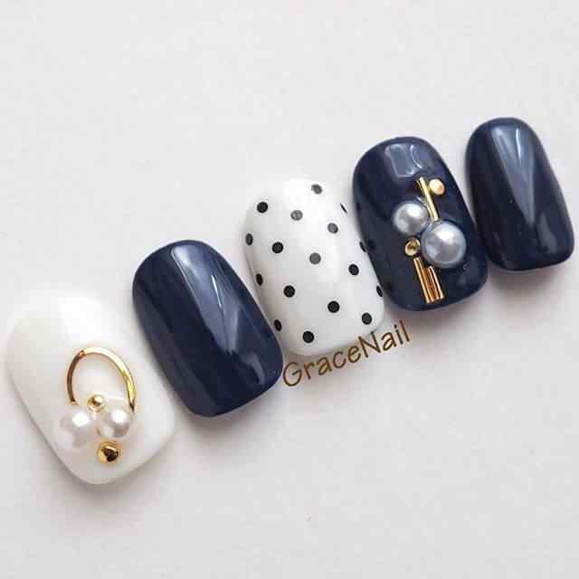 uñas azules con lunares