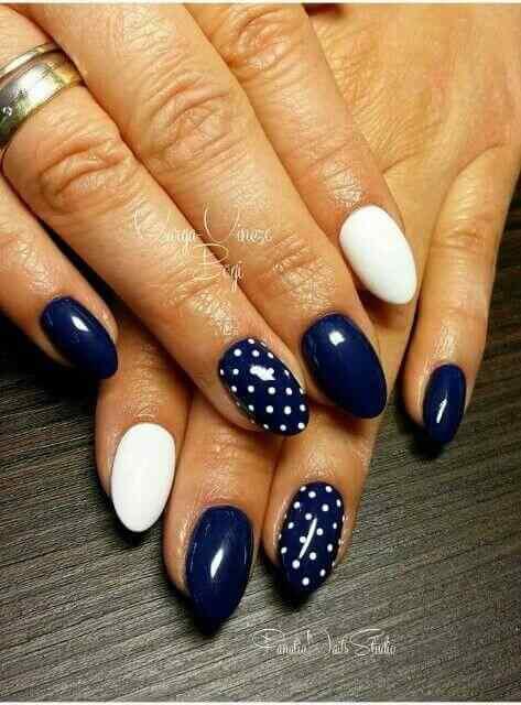 uñas azules con lunaes