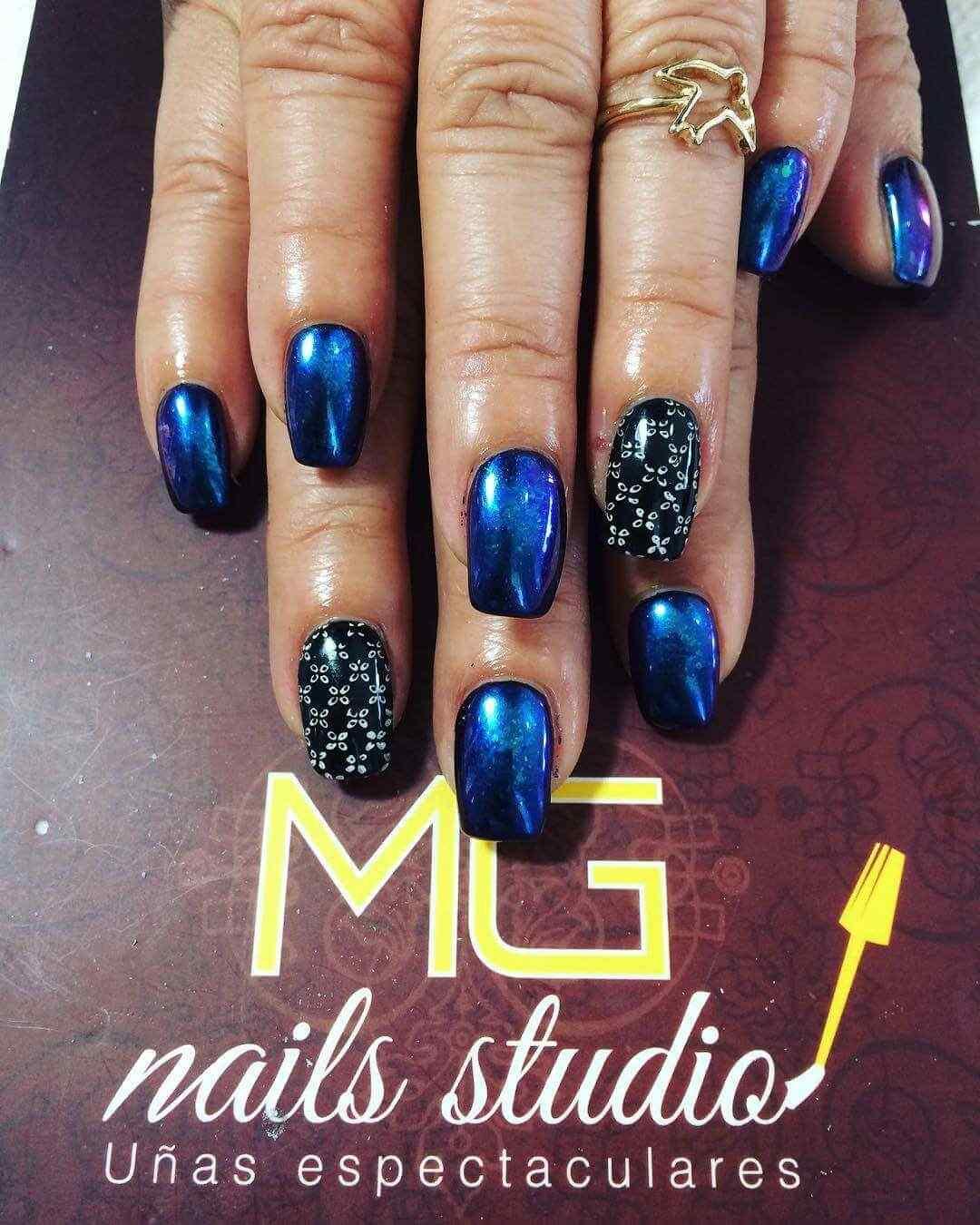 uñas azules con negro
