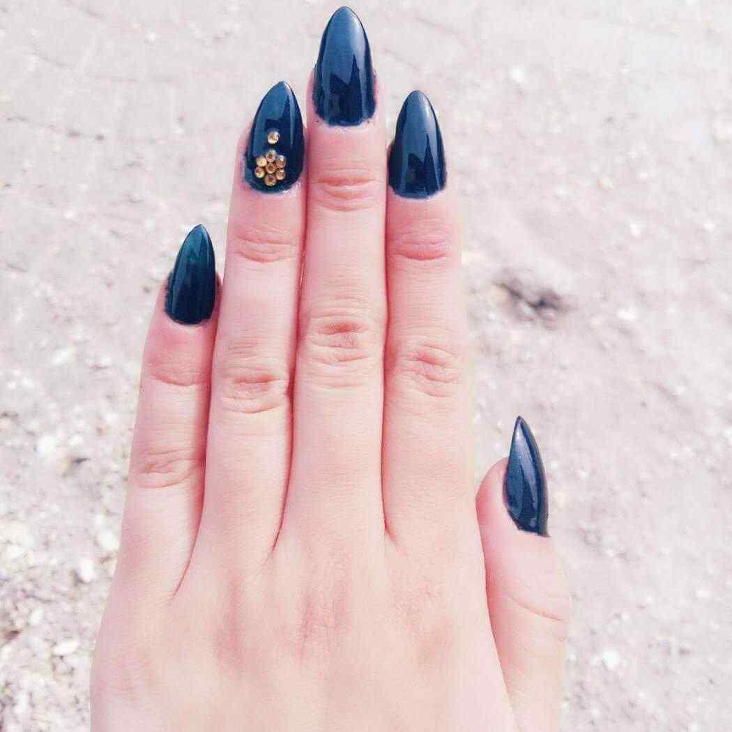 uñas azules con piedritas