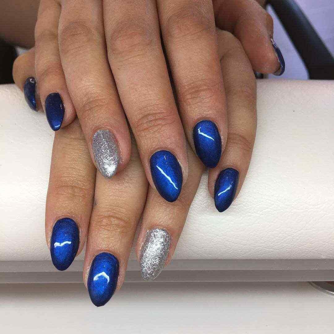 uñas azules con plateado