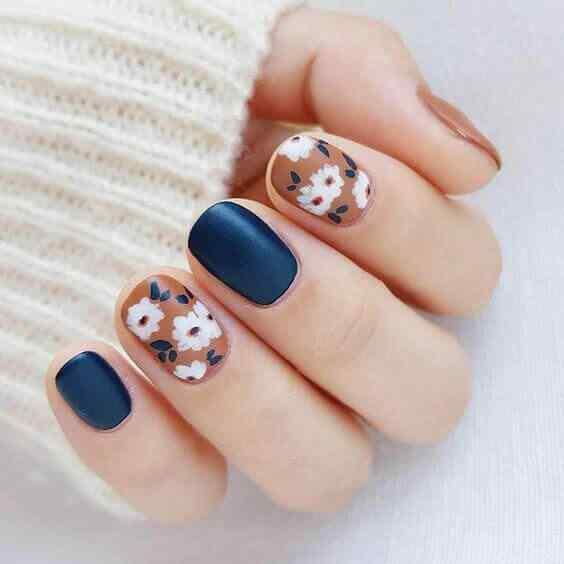 uñas azules florales