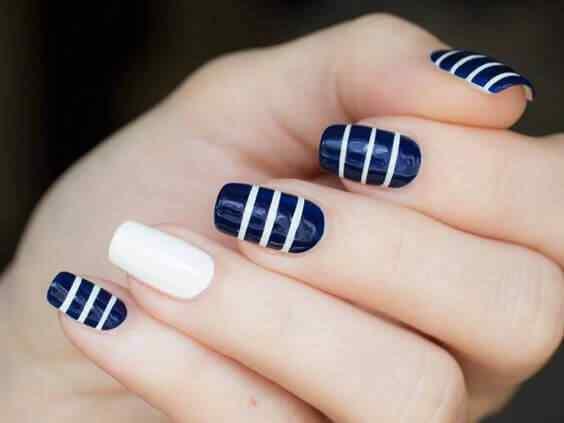uñas azules lineas blancas