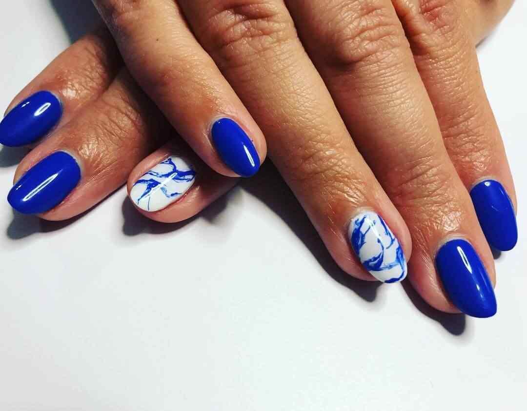 uñas azul marmoladas