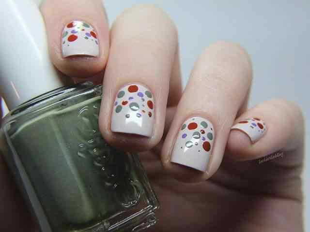 uñas blancas con lunares