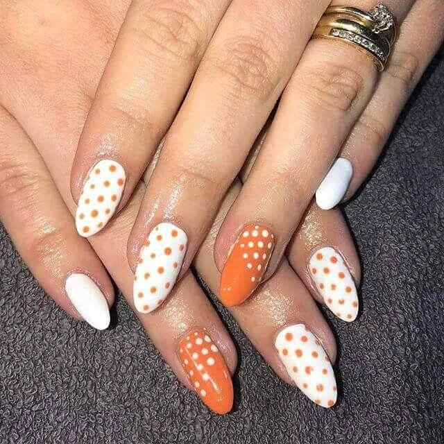 uñas blancas naranjas lunares