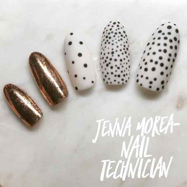 uñas blancas y doradas con puntos negros