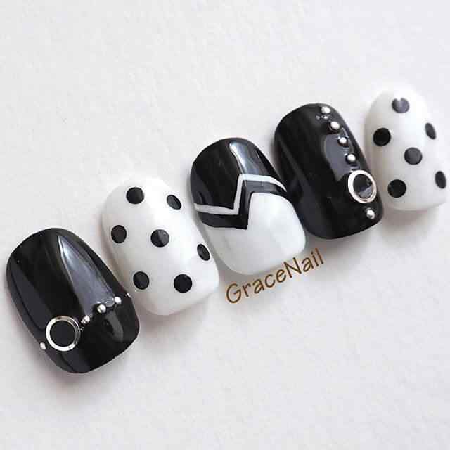 uñas blancas y negras con puntos