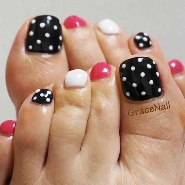 uñas con lunares para los pies