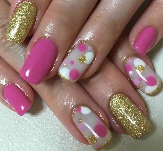 uñas con lunares rosa grandes