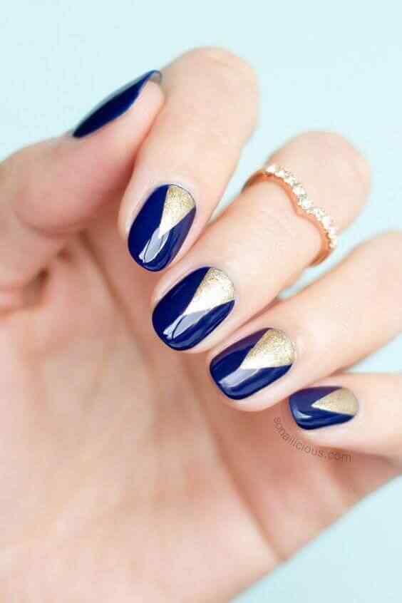 uñas decoradas azul con dorado