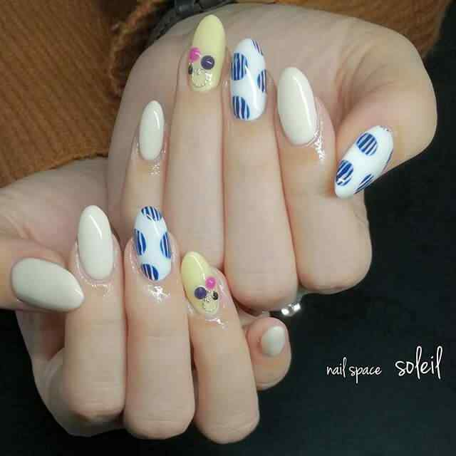 uñas decoradas con puntos grandes