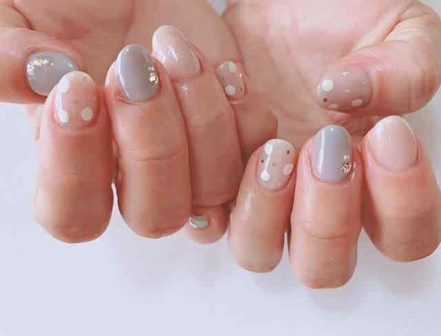 uñas decoradas puntos blancos