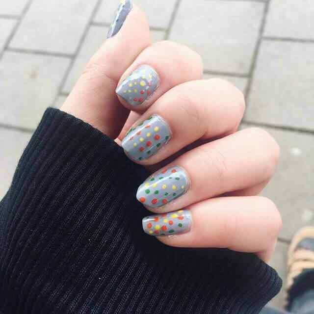 uñas grises lunares de colores