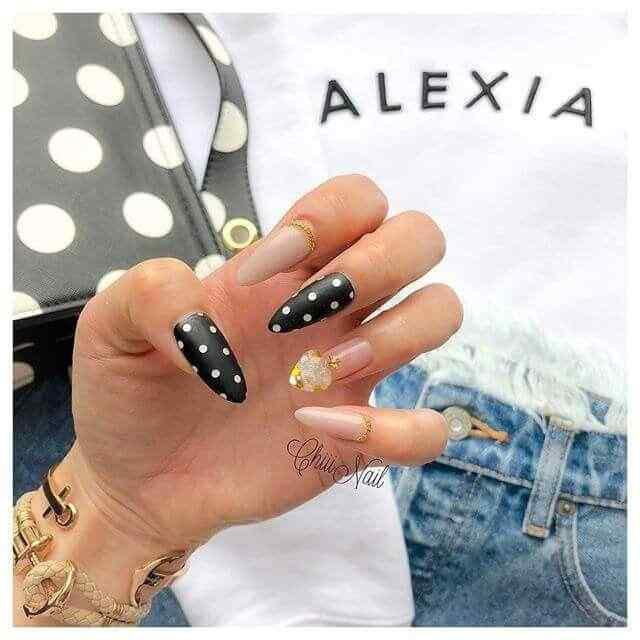 uñas negras con puntos blancos