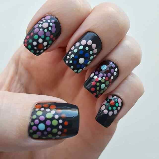 uñas negras lunares colores