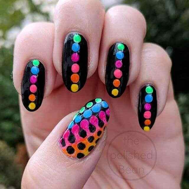 uñas negras lunares de colores