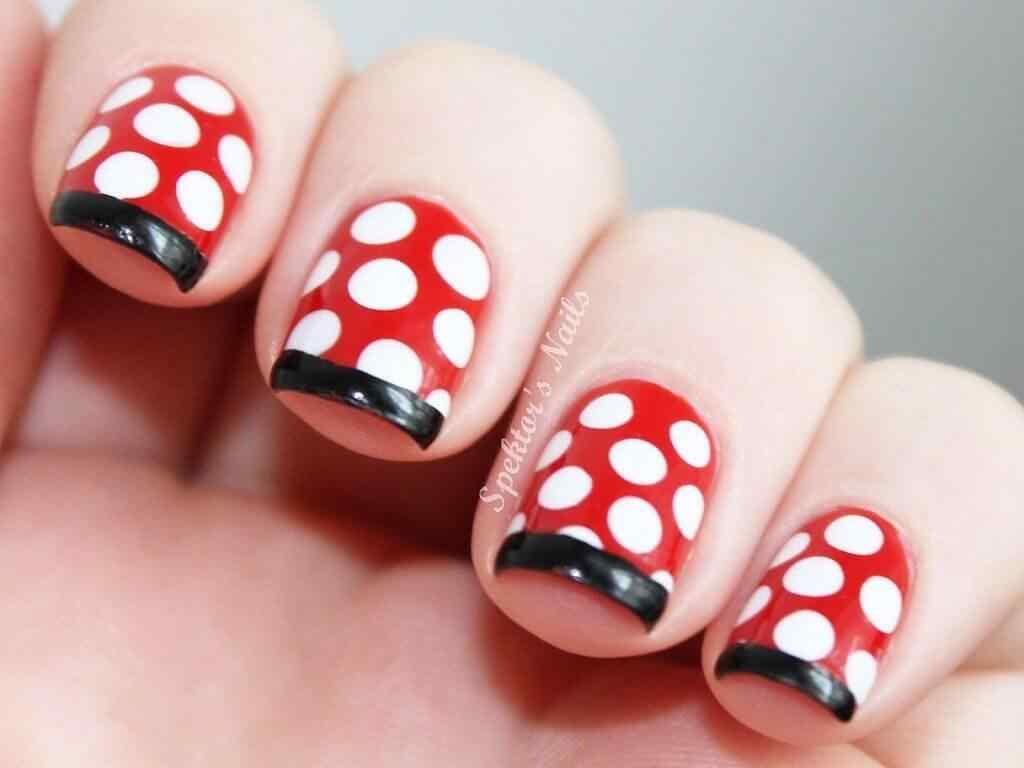 uñas rojas lunares blancos