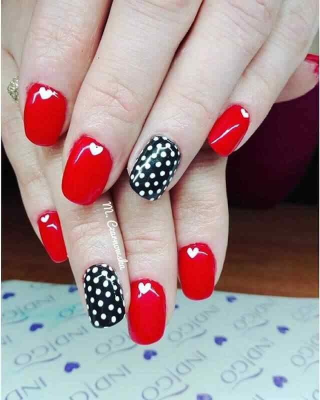 uñas rojas y negras con puntos