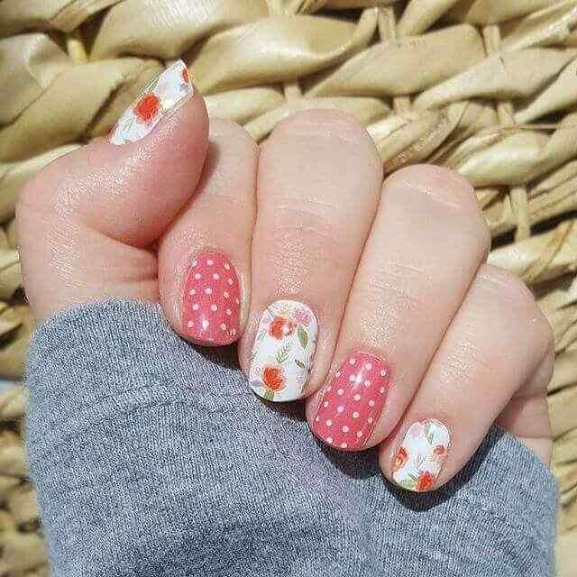 uñas rosa con lunares y flores