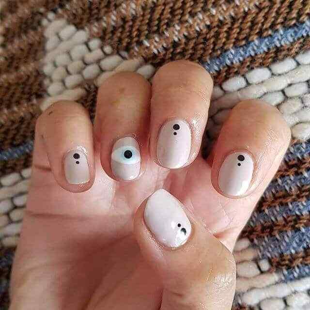 uñas simples con lunares
