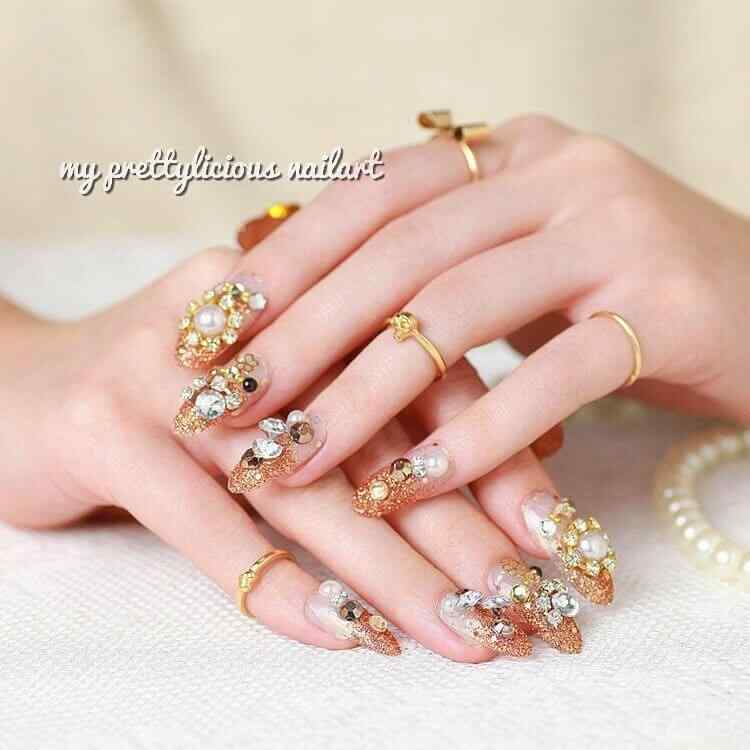 uñas para boda con accesorios dorados