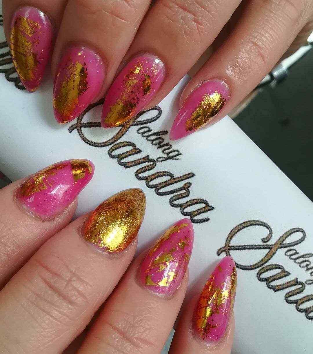 Uñas doradas con rosa