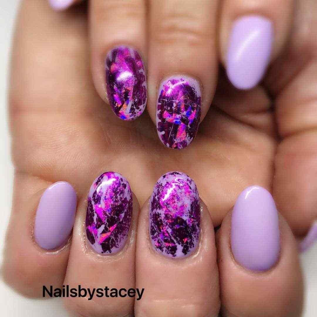 decoracion de uñas purpura y violeta