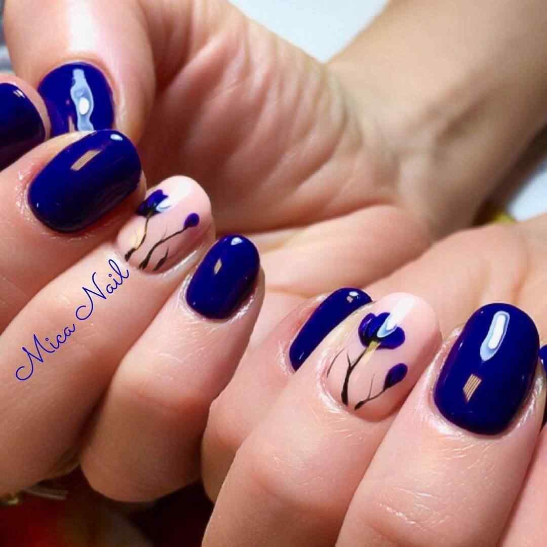 uñas azules decoradas con flores