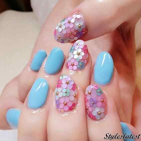 uñas celestes con flores color pastel