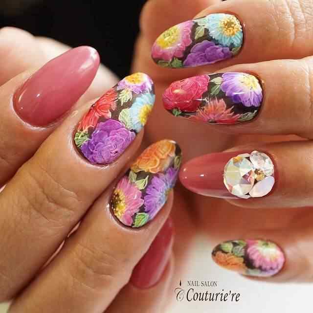 uñas con flores coloridas