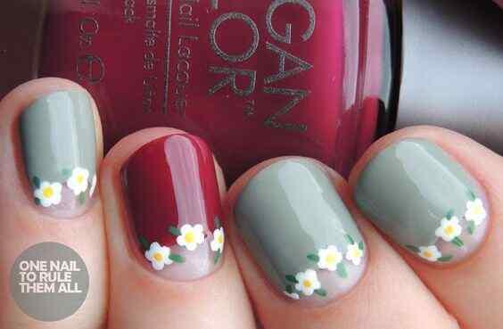 uñas con flores en la media luna