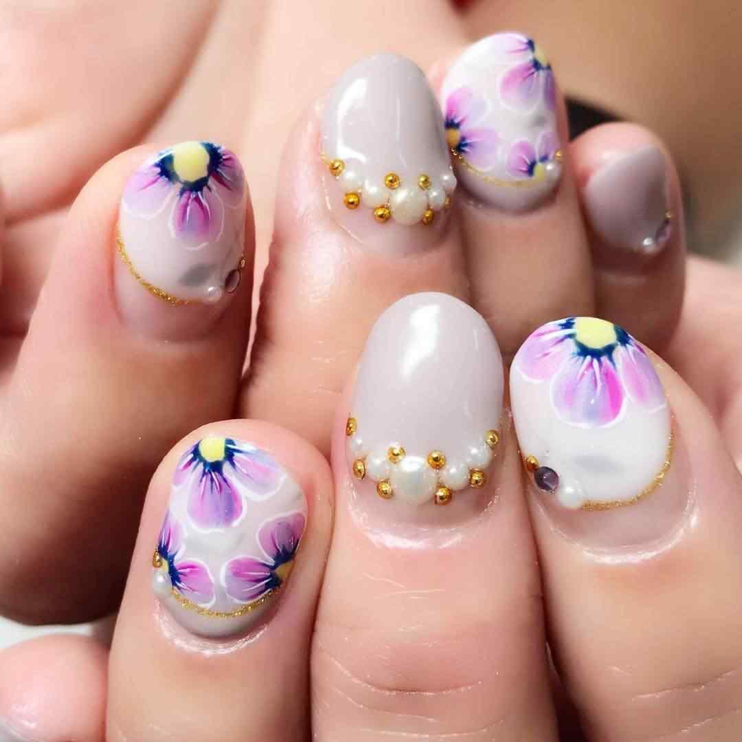 uñas con flores y perlas