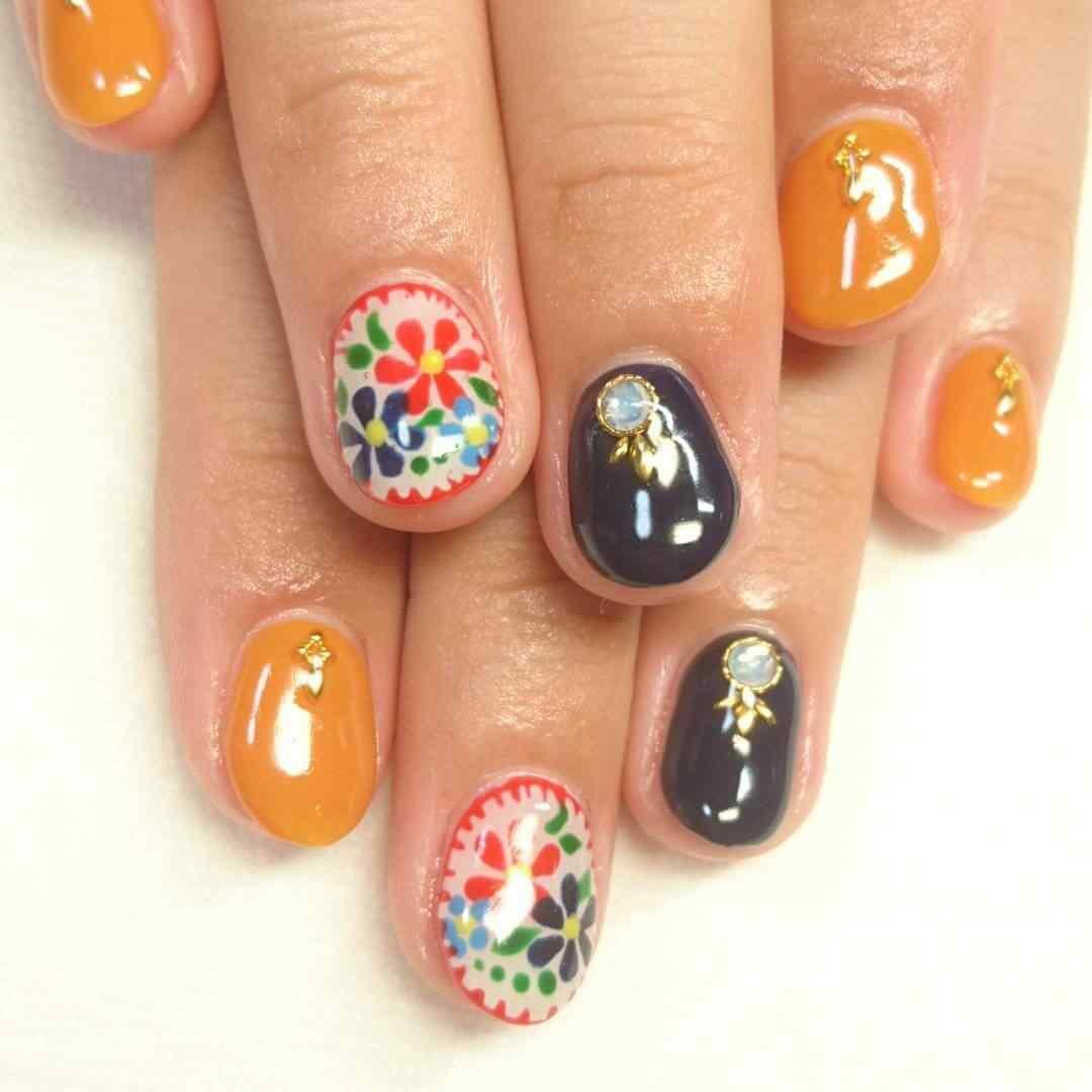 uñas decoradas con flores y piedras