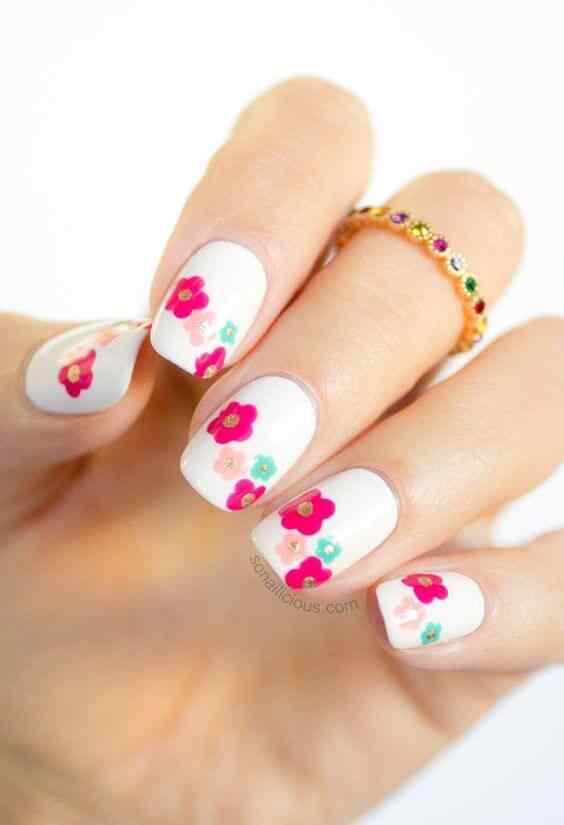 uñas delicadas con flores