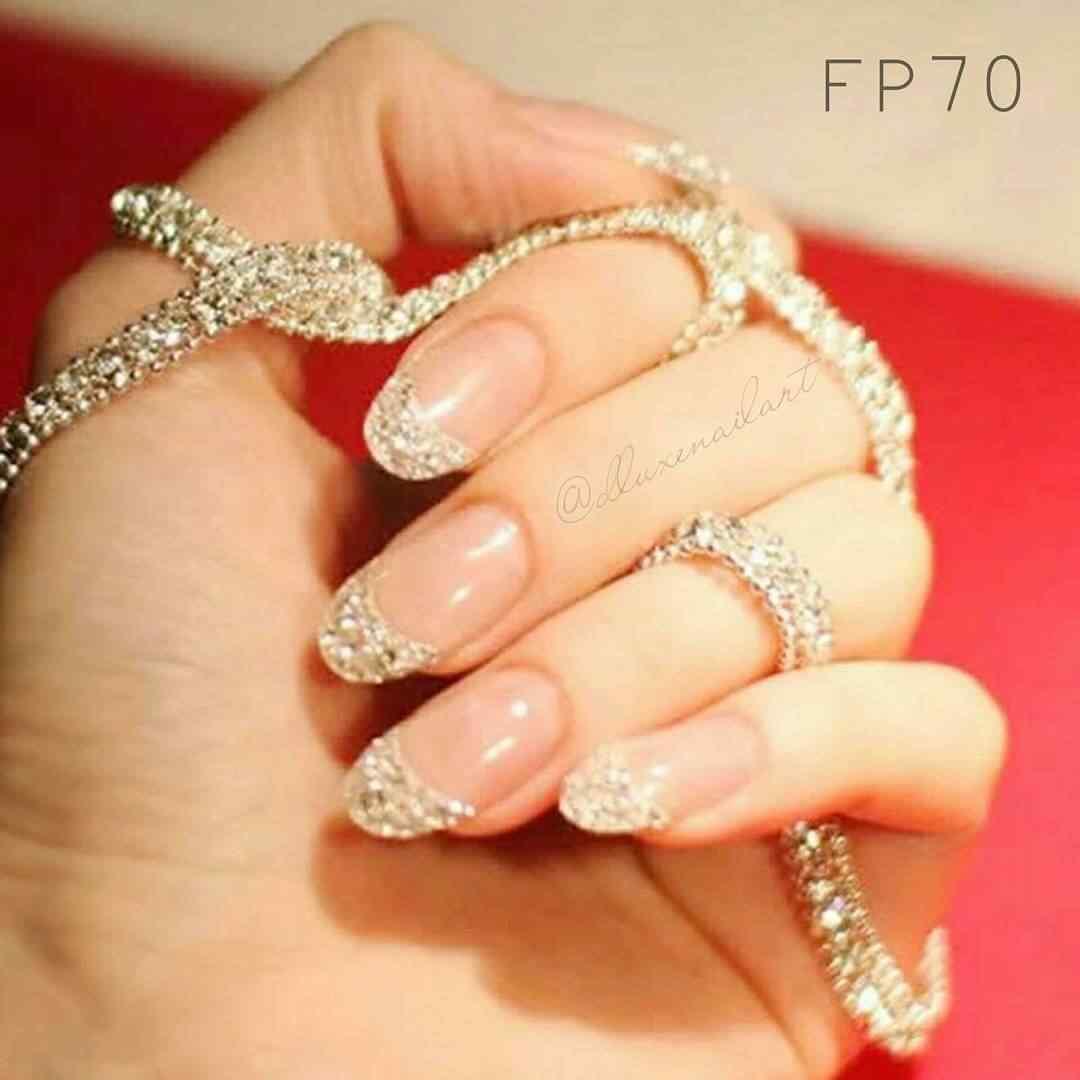 uñas francesas doradas con brillos