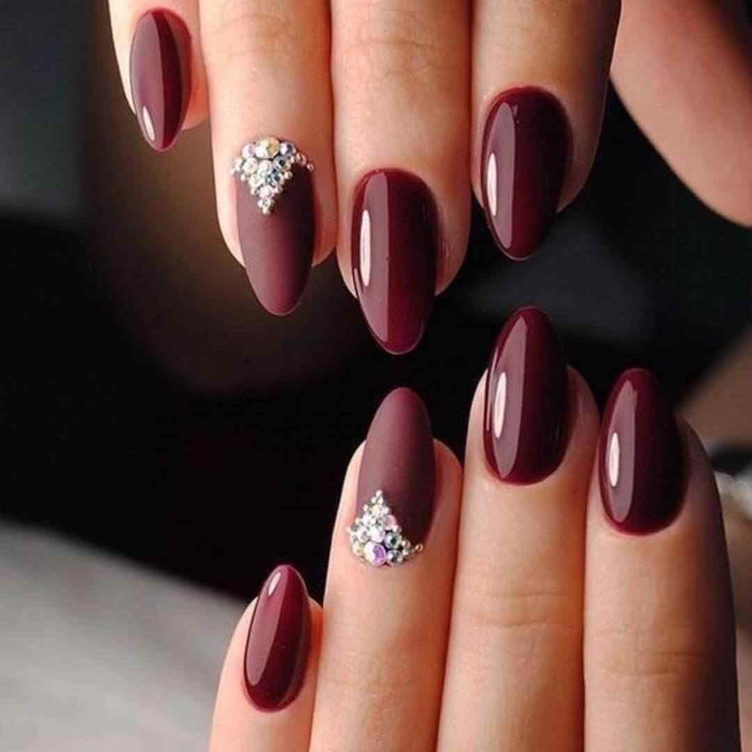 Uñas color vino con piedras para novia