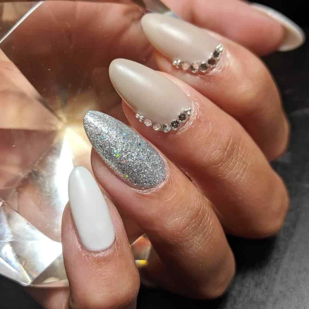 uñas para novia blancas y plata