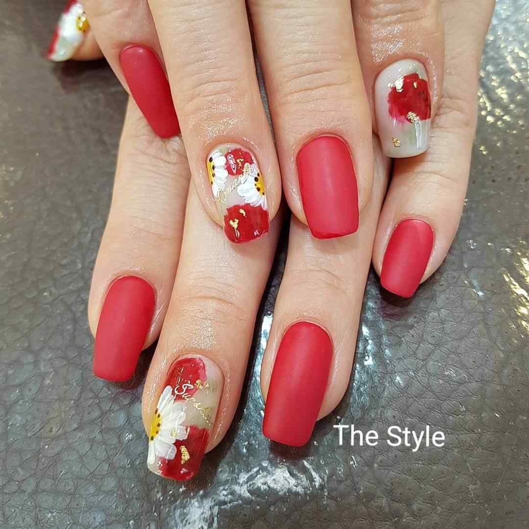 uñas rojas decoradas con flores