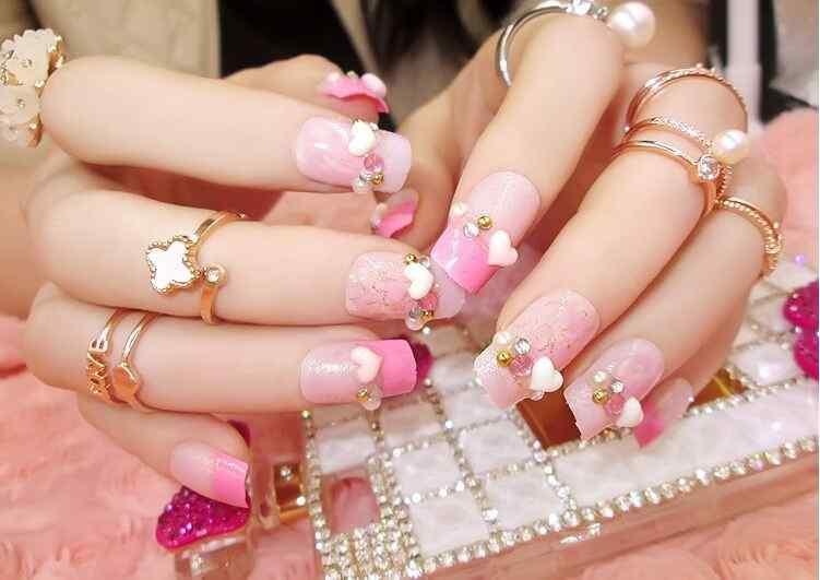 uñas rosa con corazones
